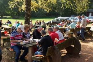 Viel los beim SPD-Grillfest am 03. Oktober: Ein Teil der Besucher auf dem Grillplatz Drehenthalerhof